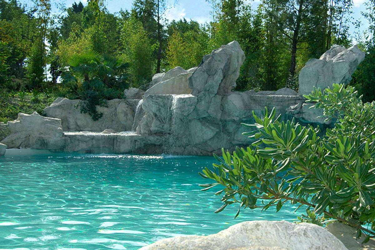 Realizzazione piscina con rocce artificiali e giardino for Cascata per laghetto