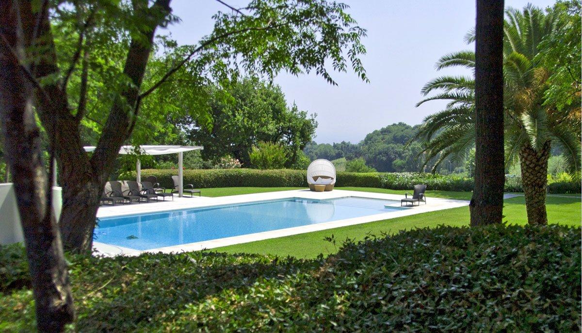 Villa in campagna con giardino e piscina minimal - Piscina in giardino ...