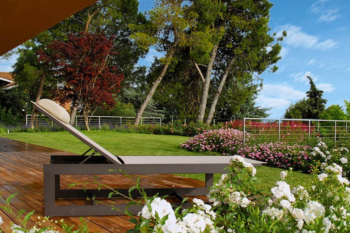Realizzazione tetto verde in una villa moderna tra le for Bordure giardino sempreverdi